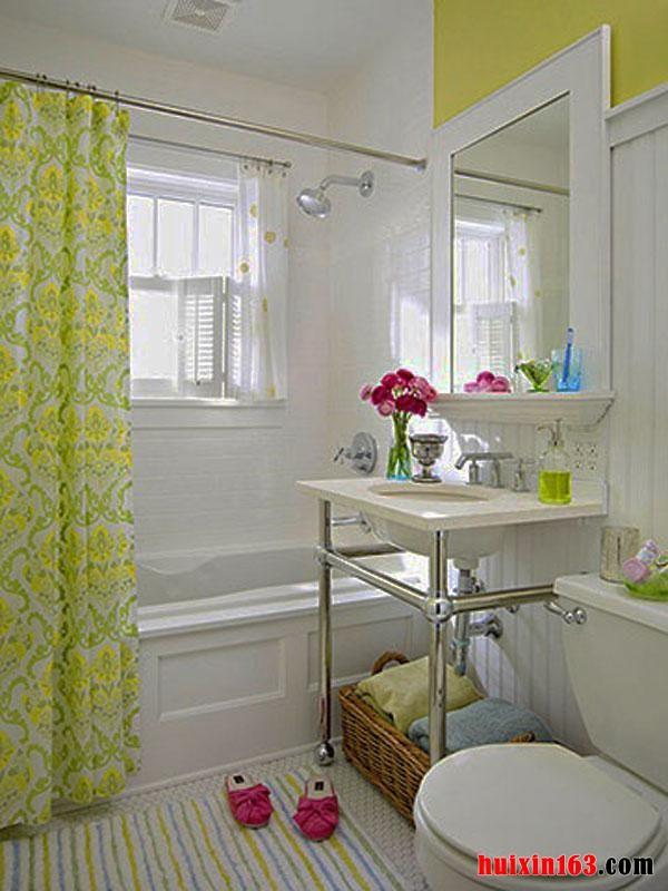 你一定认为你在浴室的每个元素是如何互动从而利用可用空间的。任何人都想拥有一个很大的洗涤室,为了最大限度的利用小洗涤室的空间,有几件事你可以做。去除杂乱的可以通过一个水槽代替空虚的空间。选择一个高的喷头,与室内整体风格相映衬又能享受额外的空间。买一个小浴缸也是一个伟大的解决方案,尤其是当有很多时髦的模式。大的地砖,以及墙上的浅色油漆给空间的感觉非常完美,而暗色调激发拥挤。这些简单的想法,也希望你能有自己的技巧和窍门打造出属于你的小卫浴!