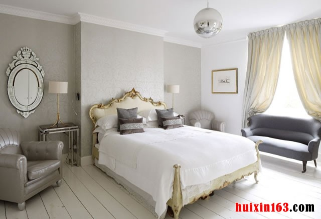 欧式的双人床上面具有金色的边线