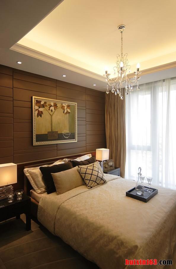 在床头背景墙上面的一幅现代简约风格的图画更是为空间增添了几分