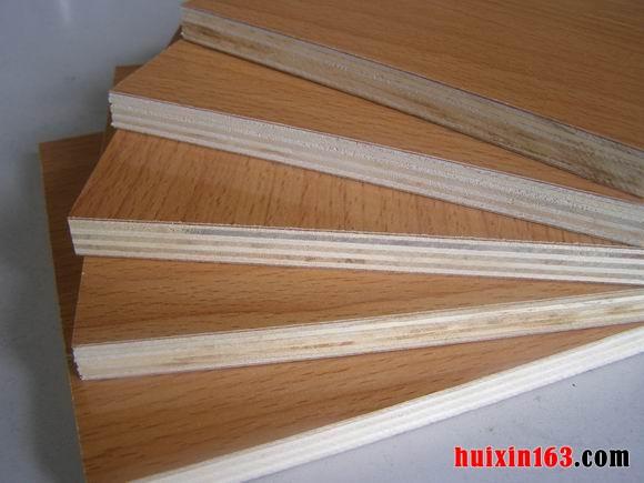 三夹板批发价格:对于夹板的批发价格,根据材质、种类以及性能的不同,价格肯定也有所差异,目前市面上最为常见的夹板规格为:2400*1220毫米,三夹板也是家庭装饰当中使用最为常见的一种,其三夹板市场上的批发价格一般在10~25元之间。 五夹板批发价格:由于市场需求不断增加使用夹板款式、种类、质量、材质等都有所不用。使用夹板批发价格相差甚远,在市场上比较常见的五夹板价格一般在:30-80元之间。 九夹板批发价格:九夹板常见规格有:1220*2135mm、1220*2440mm、1220*2500mm、125