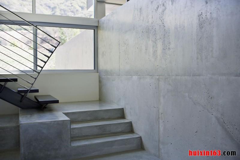 在楼梯的墙面上采用最朴实的水泥墙面处理,在楼梯的侧面留出一个整齐