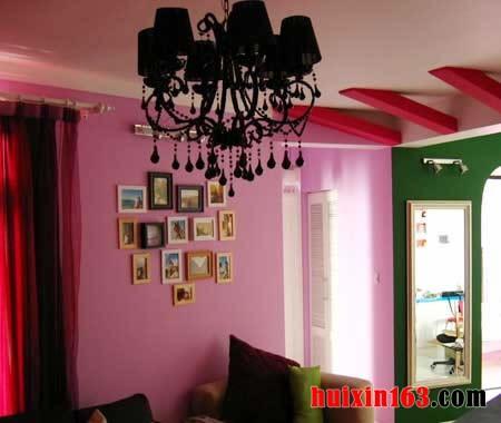 粉色的墙面,搭配黑色的电视柜
