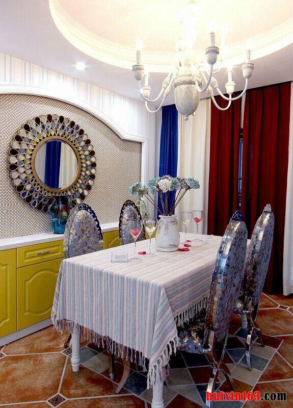 餐厅的设计十分浪漫,石膏板吊顶上采用了圆形的设计,并在中间安装了一款白色的铁艺吊灯,十分别致的造型更加凸显了设计感,下方的白色餐桌上搭配了一款白色淡雅的桌布,搭配上金属座椅整个画面都可以呈现出一种时尚、华丽感,蓝白红三色拼接的布艺窗帘则为空间蒙上了一层浪漫面纱。