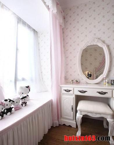 紧靠着窗子就是一个白色的欧式风格的梳妆台