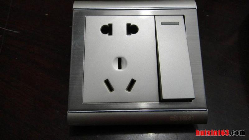 墙壁开关插座的接法:其实对于墙壁开关的接线,主要还是看墙壁开关的目的是用于什么,如果墙壁开关是用来控制插座电源通断,那么在接线的时候,首先肯定是要先将线路接入开关的L接线端子,这里的L线路指的就是火线,然后在将其接在开关的L1位置,也就是说火线出线口与两孔插座的端子相连接,在接好以后,在将零线接入插座的N接线端子,也就是说零线的位置,火线和零线接好就行了、 墙壁开关插座的接法:电线的连接,除了控制电源的开关以外,我们也可以将其用于来控制灯具,对于控制灯具的电线连接也很简单,首先火线和零线肯定要将其弄好,