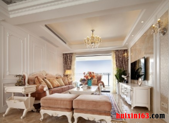 客厅空间内的装饰色彩主要是以白色为主,空间内的石膏板吊顶设计比较具有个性,平顶式的吊顶在四周做了夹层设计,并安装了一圈灯带,凹槽式的设计也可以使整个空间都显得十分具有层次感,中间的水晶吊灯也十分富有华丽色彩,华丽的水晶吊坠在灯光的照射下显得更加晶莹剔透,可以将整个空间都映射的十分华美。